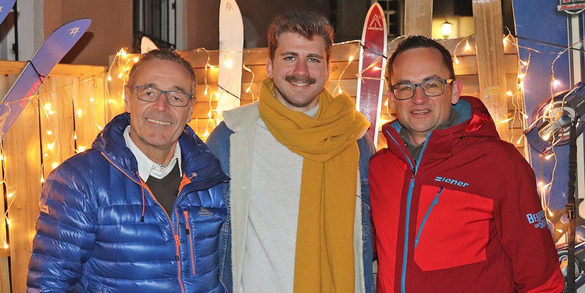 """Josef Lurz (links) und 2. Bergfreunde-Abteilungsleiter Michael Schneider überreichten die Spende an den Verein """"264.education e.V."""" an Christoph Findelsberger."""